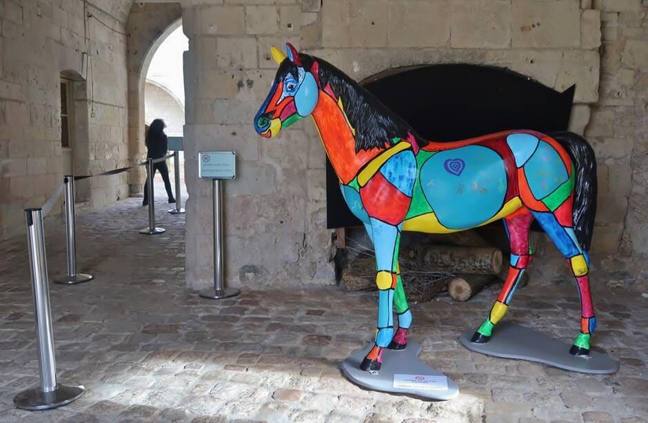 Saumur. Le cheval Patchwork, création des Saumurois accueille les visiteurs au château