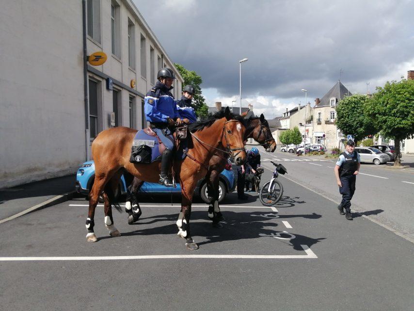 Insolite : les gendarmes patrouillent aussi à cheval à Châteaubriant