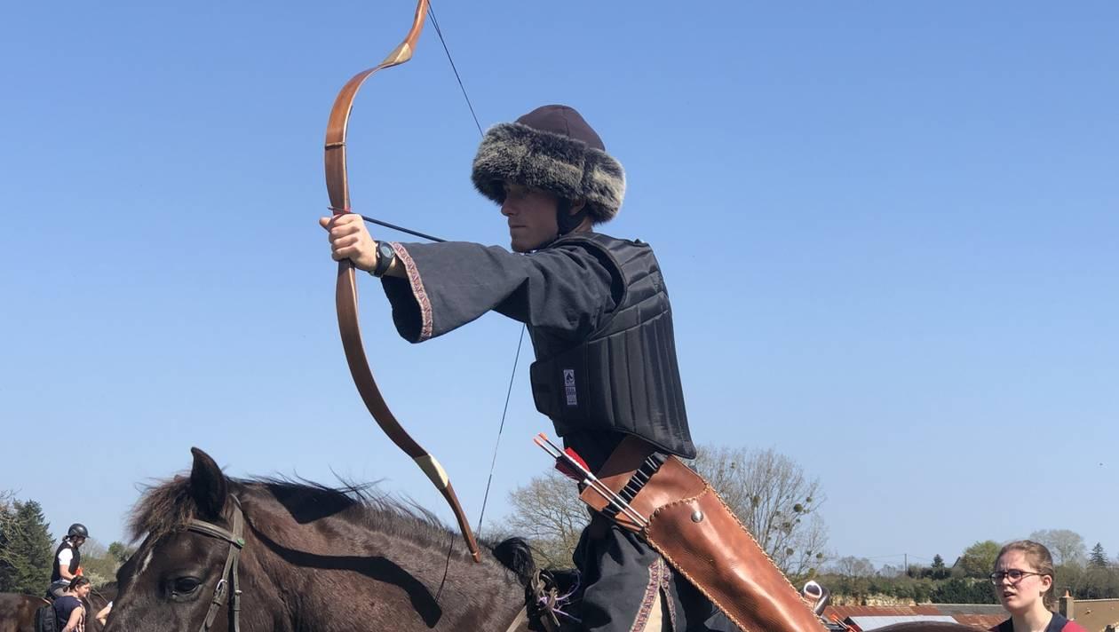 """Le tir à l'arc à cheval """"en plein essor"""" à Parcé"""